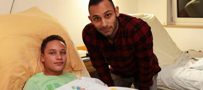 Ömer Toprak zu Besuch im Kinderkrankenhaus Amsterdamer Strasse