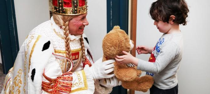 Das Kölner Dreigestirn und das Kölner Kinderdreigestirn zu Besuch in der Kinderklinik Amsterdamer Strasse